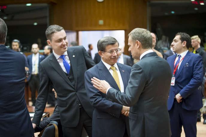 Le président du Conseil européen, Donald Tusk (à droite) et le premier ministre turc, Ahmet Davutoglu vendredi à Bruxelles.