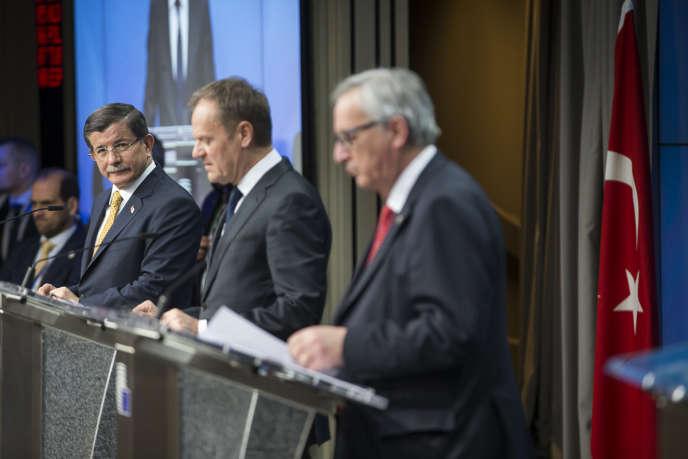 Le premier ministre turc Ahmet Davutoglu, Donald Tusk, président du Conseil européen et Jean-Claude Junker, président de la Commission européenne, participent à une conférence de presse, à la fin de la deuxième journée du Sommet des chefs d'Etat et de gouvernement au Conseil européen à Bruxelles, Belgique, jeudi 17 mars 2016.