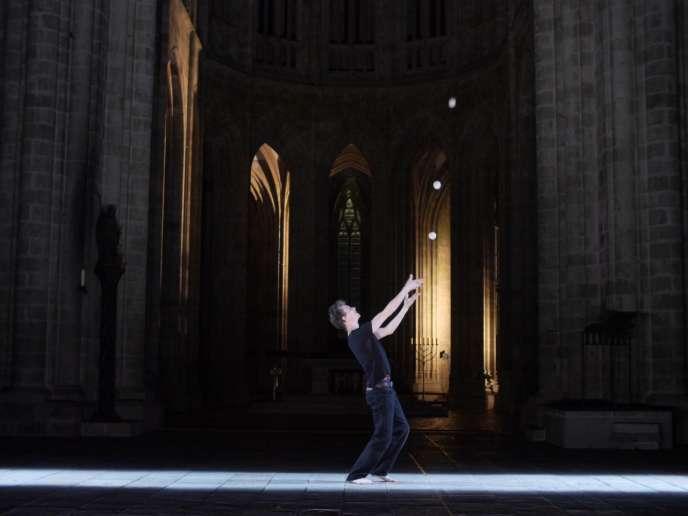 Le jongleur Clément Dazin dans  «Bruit de couloir», dans l'abbaye du Mont-Saint-Michel.