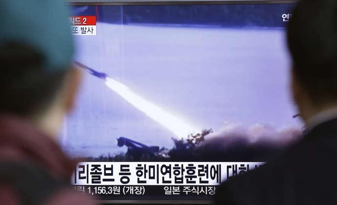 La télévision sud-coréenne diffuse des images des tirs de missiles effectués dans la matinée du 18 mars par la Corée du nord en mer du Japon.