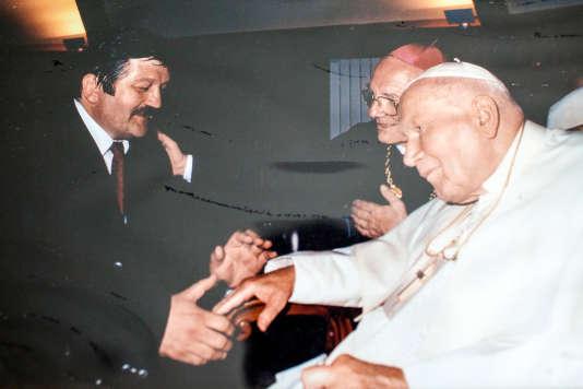 Jean-Pierre Garuet rencontre le pape Jean Paul II lors de sa visite à Lourdes, en 2004.