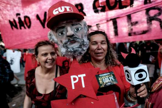 Des militants de la gauche brésilienne, lors d'une manifestation en défense de Dilma Rousseff et de Lula, le 18 mars à Sao Paulo.