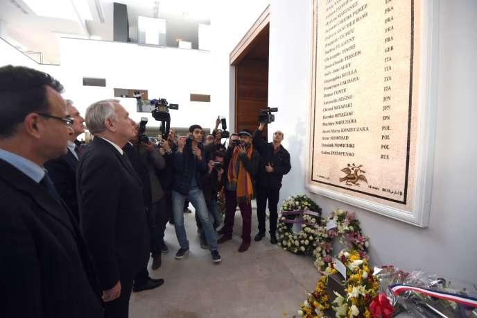 Le ministre des affaires étrangères, Jean-Marc Ayrault, rend hommage vendredi 18 mars aux victimes de l'attentat du musée du Bardo de mars 2015.