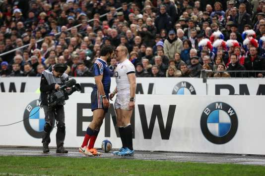 Le Français Yoann Huget  et le Britannique Mike Brown, lors du match France -Angleterre du Tournoi  des six nations. En février 2014, au Stade de France.