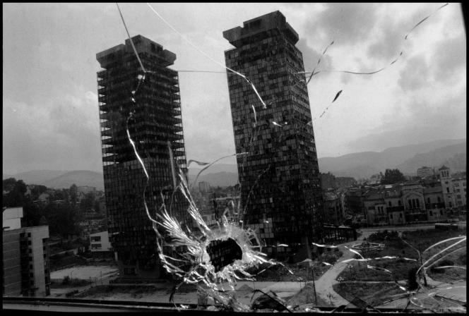 Impact de balle - Vue sur les tours jumelles de Momo et d'Uzeir. A Sarajevo, en 1993.