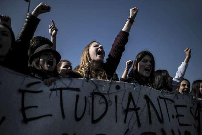 Des étudiantes manifestent contre le projet de loi travail à Lyon, le 17 mars.