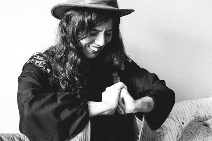 La chanteuse et guitariste (électrique), Emilie Hanak, du duo Yelli Yelli, s'exprime principalement en kabyle.