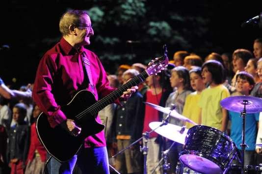 """Le musicien algérien Idir lors du concert """"Au fil de l'air, musiques, enfants et voix du monde"""" donné en 2011 au parc départemental de la Madeleine à Bourg-en-Bresse."""