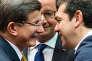 Le premier ministre turc, Ahmet Davutoglu (à gauche), son homologue grec, Alexis Tsipras, et le président François Hollande, lors du sommet de Bruxelles, vendredi 18 mars.