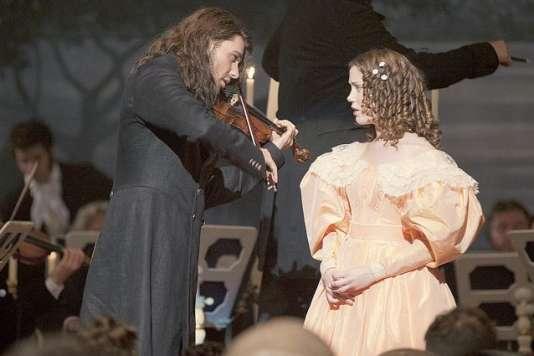 David Garrett (Paganini), au physique avantageux et aux cheveux longs comme ceux de l'illustre violoniste, est convaincant dans son jeu musical mais témoigne d'une incapacité à donner la moindre crédibilité à son jeu dramatique.