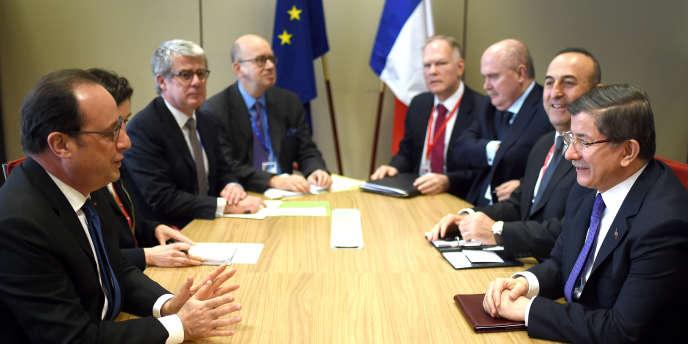 Rencontre vendredi 18 mars à Bruxelles entre François Hollande et le premier ministre turc, Ahmet Davutoglu (à droite), à l'occasion de la signature  de l'accord entre l'Union européenne et Ankara relatif au renvoi des Syriens en Turquie.
