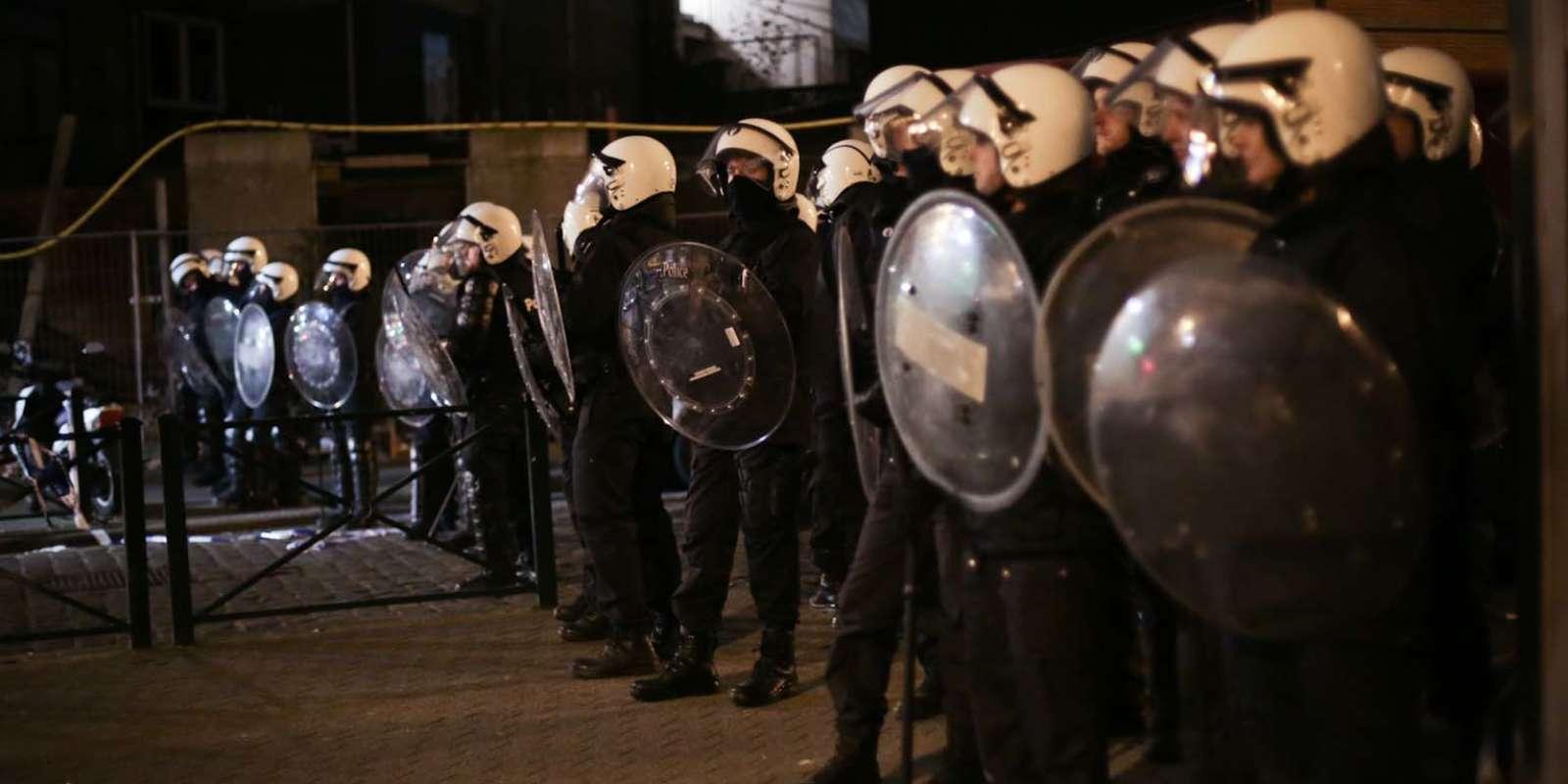 Place Oisiers (Molenbeek), les habitants du quartier de la rue des Quatre-Vents où a eu lieu l'arrestation de Salah Abdeslam attendent de rentrer chez eux.