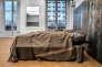 Sans titre sept, de Jannis Kounellis (lits de camp avec plaques de fer et couvertures  militaires).