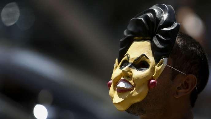 Un homme porte un masque de la présidente brésilienne, Dilma Rousseff, lors d'une manifestation en faveur de sa destitution, à Sao Paulo, le 19 mars 2016.