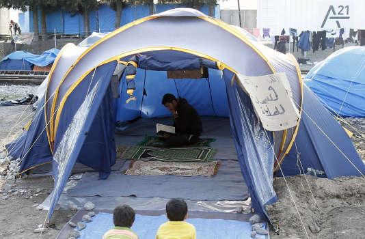 Un migrant prie dans un camp de réfugiés du nord de la Grèce, à Idomeni, le 19 mars.