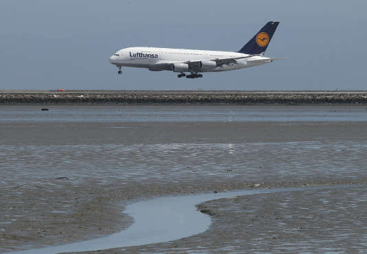 Le pilote d'un avion Airbus A380 de la compagnie allemande Lufthansa a affirmé qu'un drone était passé à environ 60 mètres au-dessus de l'appareil alors qu'il se dirigeait vers des pistes d'atterrissage.