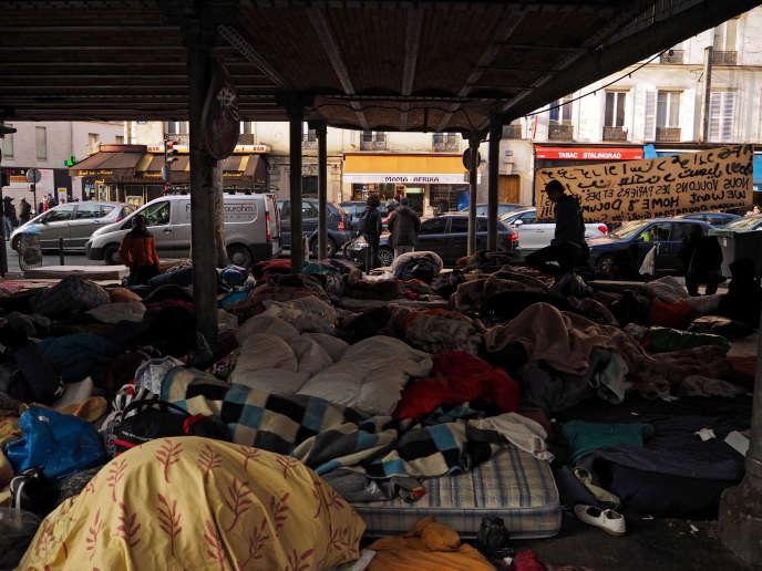 Atmosphère dans le camp de fortune où une centaine de réfugiés se sont installés boulevard de la Villette dans le 19e arrondissement, sous le métro Stalingrad, à Paris, France, le 18 mars 2016.