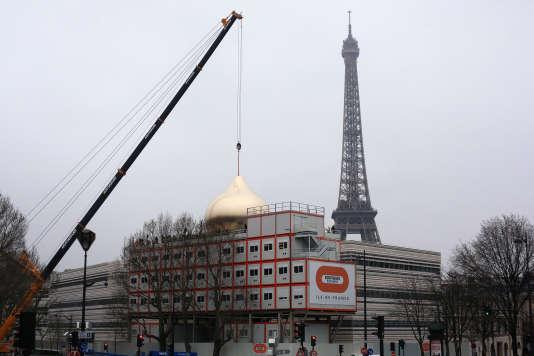 La coupole de la cathédrale orthodoxe de la Sainte-Trinité a été hissée samedi quai Branly à Paris.