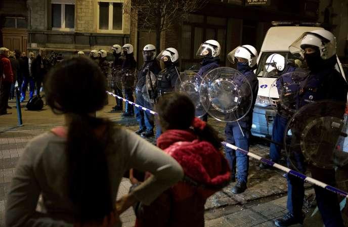 La police belge lors de l'arrestation de Salah Abdeslam dans le quartier de Molenbeek à Bruxelles, le 18 mars 2016.