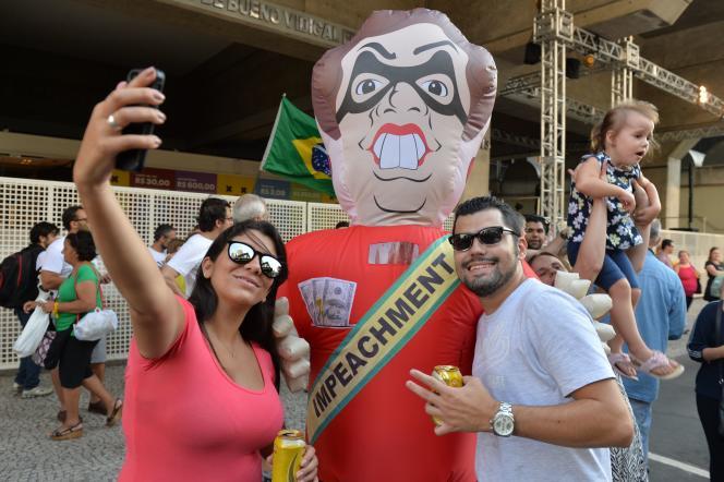 Des manifestantsfont un selfie avec un mannequin gonflable à l'effigie de la présidente Dilma Rousseff lors d'une manifestation pour sa destitution à Sao Paulo, le 19 mars 2016.