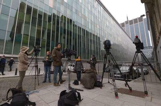 Des journalistes devant le siège de la police fédérale à Bruxelles, au lendemain de l'arrestation de Salah Abdeslam.