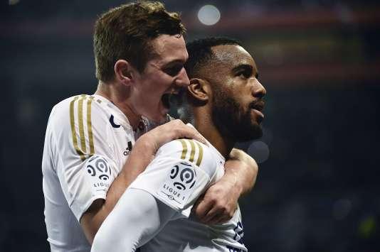 Alexandre Lacazette et son coéquipier Gaetan Perrin le 19 mars lors du match contre Nantes.