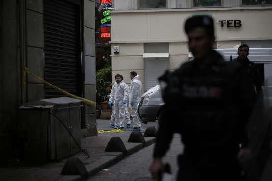 Dans une rue d'Istanbul, après un attentat-suicide qui a coûté la vie à quatre personnes, le 19mars.