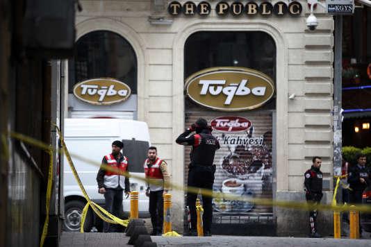 Les enquêteurs sur le site de l'attentat-suicide, avenue Istiklal, à Istanbul (Turquie).