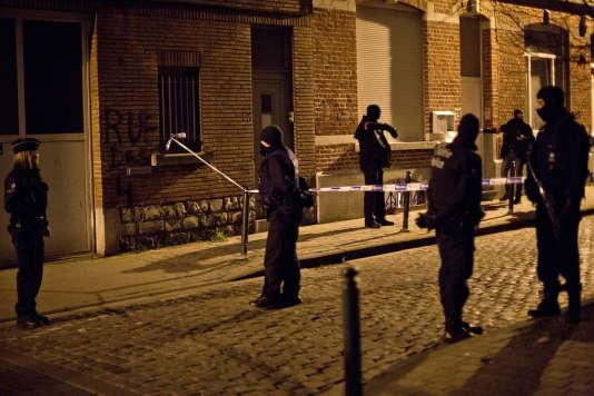 Des policiers dans la rue des Quatre Vents le 18 mars 2016, à Molenbeek, où Salah Abdeslam a été arrêté.