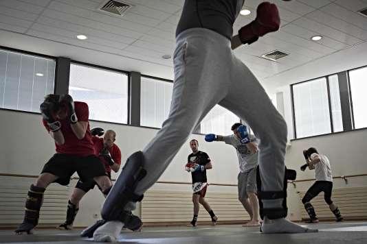 Les étudiants de l'Ecole normale supérieure de Lyon s'échauffent pendant leur cours hebdomadaire de combat libre, le 10mars, dans le gymnase de l'école.