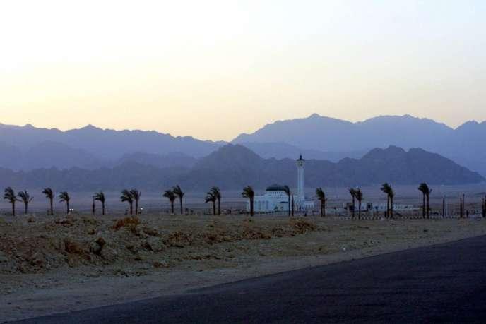 Les montagnes du Sinaï, derrière une mosquée de Charm El Cheikh, le 28 février 2003.