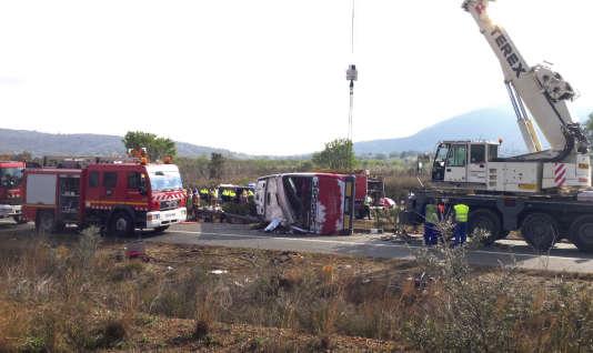 Une grue a été appelée pour déplacer le car accidenté afin de dégager des victimes de l'accident qui s'est produit dimanche entre Valence et Barcelone.
