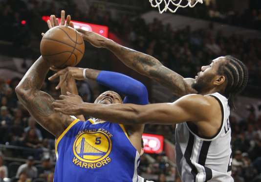 Le joueur des Spurs Kawhi Leonard (à droite) a marqué 18 points face aux champions NBA en titre de Golden State, le 19 mars.