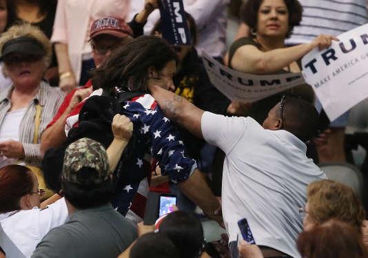 Samedi 19 mars, un opposant à Donald Trump a été agressé lors d'un meeting du candidat républicain à l'Arena Tucson, dans le centre-ville de Tucson (Arizona).