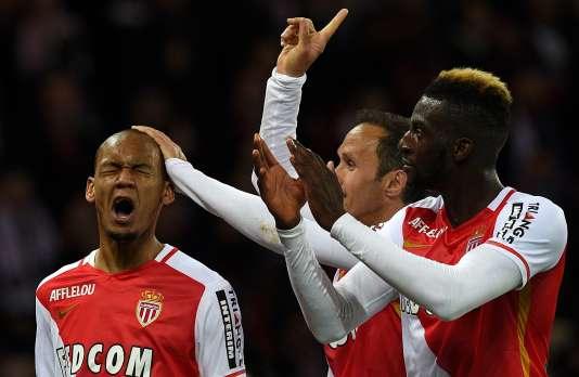 Fabinho félicité par ses camarades après une Panenka réussi sur penalty pour battre le PSG, dimanche au Parc.