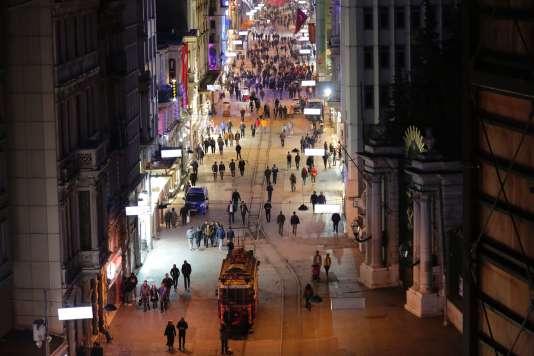 Un attentat-suicide a causé la mort de quatre personnes, le 19mars dans un centre commercial de l'avenue Istiklal, une grande artère de la partie européenne d'Istanbul.