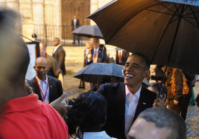 Le président Barack Obama parlent à des touristes et à des Cubains lors de son arrivée à la cathédrale de la Havane, le 20 mars 2016.