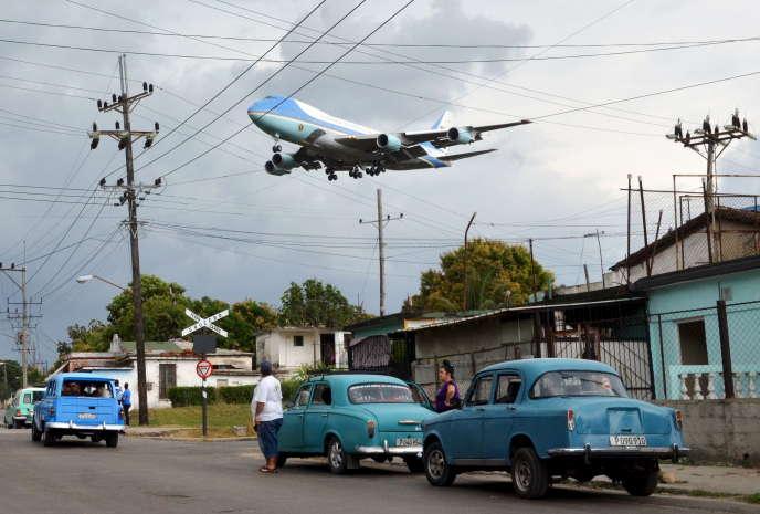 L'avion présidentiel américain, Air Force One, lors de son atterrissage à La Havane, le 20 mars.