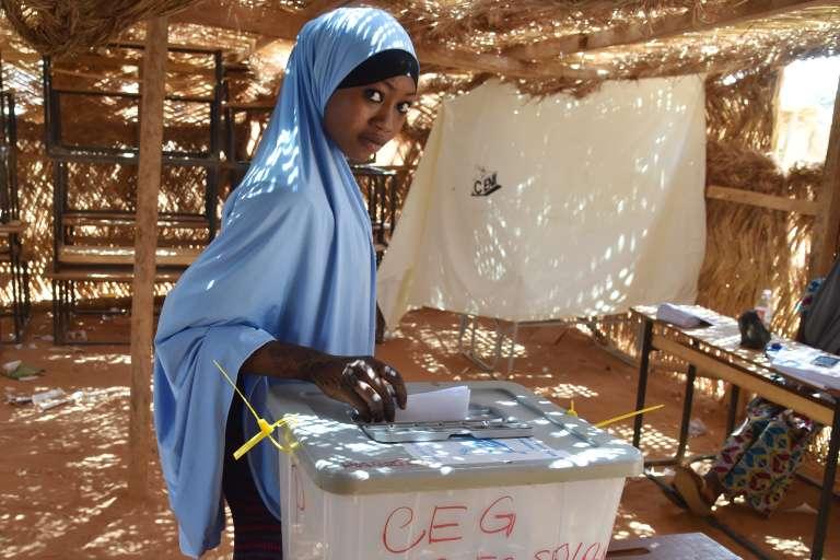 Une nigérienne vote, dimanche 20 mars, date du second tour de l'élection présidentielle.