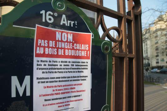 Messages de protestation des riverains contre un centre de sans-abris dans un des quartiers les plus huppés de Paris.