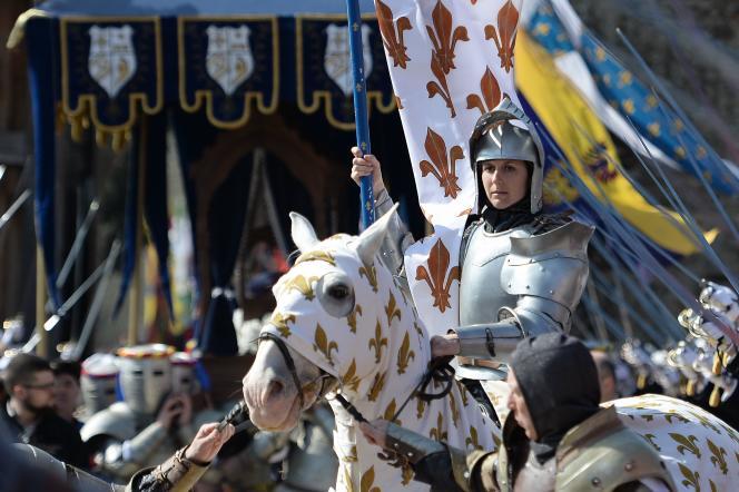 Lors de la présentation au public de l'anneau attribué à Jeanne d'Arc, dimanche 20 mars, dans la cour du château du Puy du Fou.