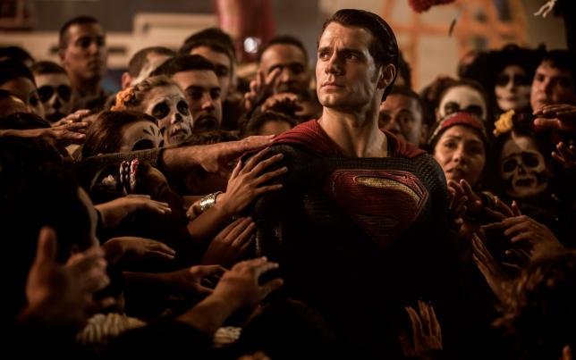 """L'acteur britannique Henry Cavill, aperçu dans la série """"The Tudors"""", revêt le costume de Superman dans """"L'Aube de la justice""""."""