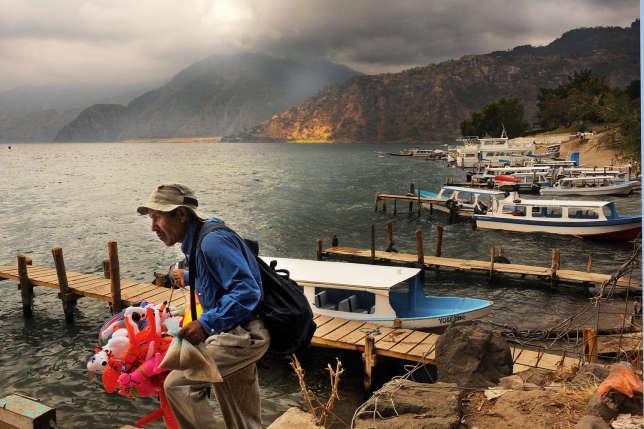 Les vendeurs  déambulent entre les pontons où sont amarrés des bateaux-taxis.