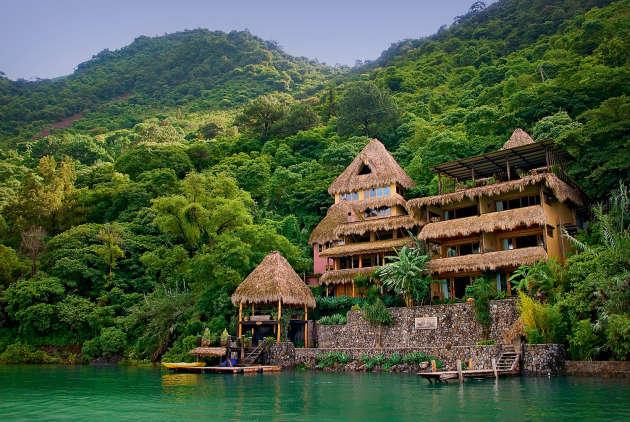 A Santa Cruz La Laguna, l'hôtel-boutique Laguna Lodge est niché dans la forêt. On y accède par bateau.