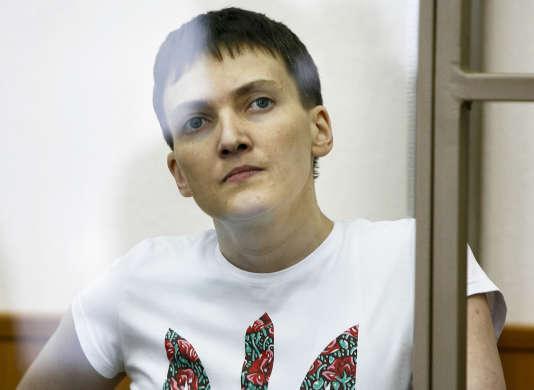 La pilote ukrainienne Nadejda Savtchenko, le 9 mars 2016, pendant son jugement au tribunal de Donetsk, ville ukrainienne aux mains des Russes. Elle a été reconnue coupable du meurtre de deux journalistes russes le 21 mars.