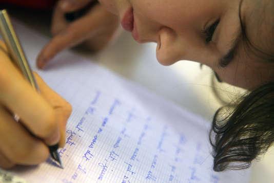 Une élève fait une dictée rédigée par le romancier Daniel Pennac, le 1eroctobre2007 au collège Jacques-Prévert à Paris.