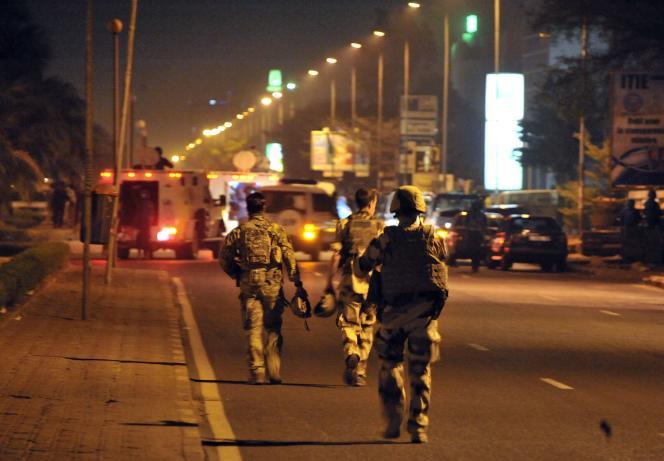 Des soldats européens pendant l'attaque contre la mission de l'UE au Mali à Bamako, le lundi 21 mars.