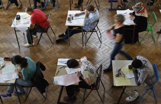 Des lycéens passent une épreuve du baccalauréat à Strasbourg en 2012.
