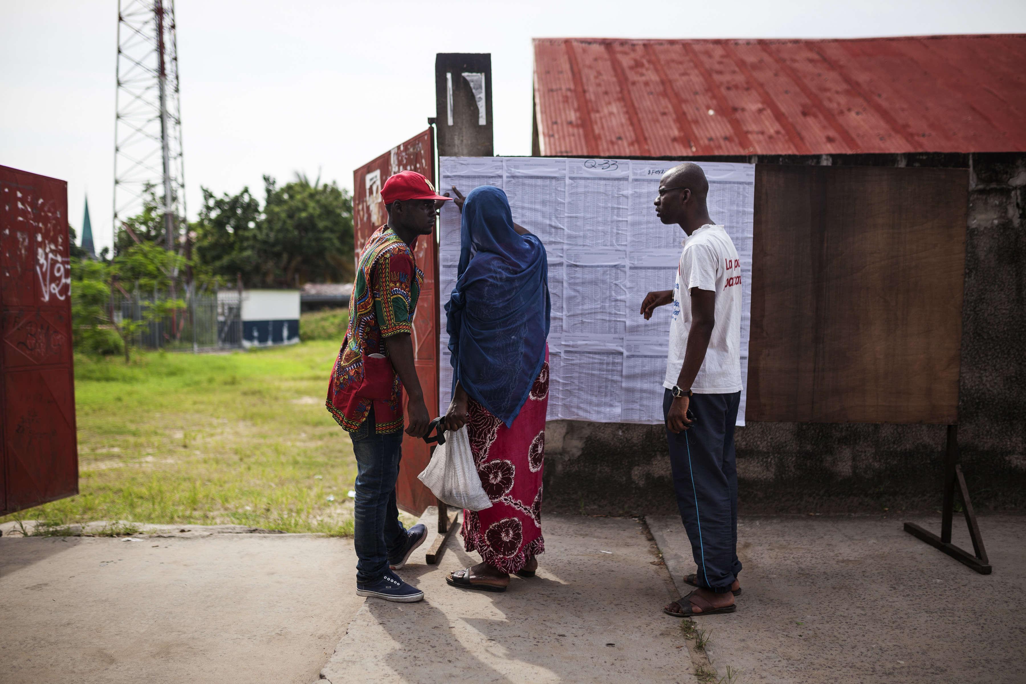 Les listes électorales sont passées au crible à l'extérieur d'un bureau de vote.