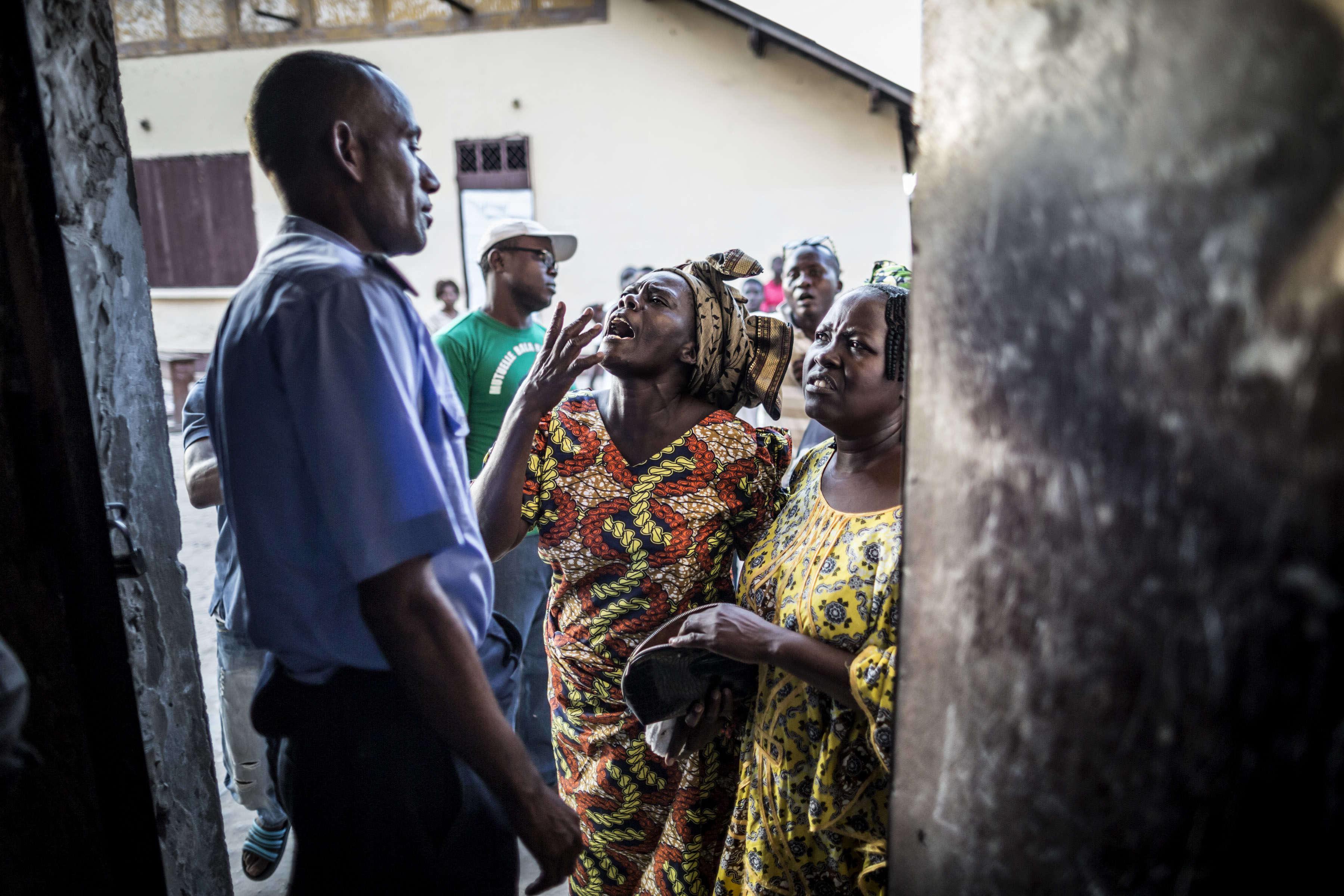 Un policier congolais essaie de calmer des électeurs en colère à l'extérieur d'un bureau de vote de Brazzaville.